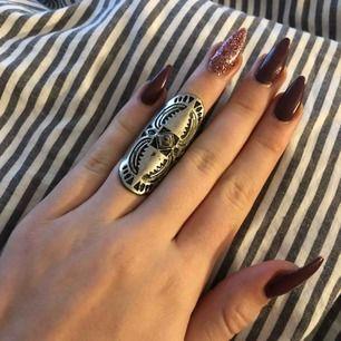 Jätte snygg ring men tyvärr för liten för mig