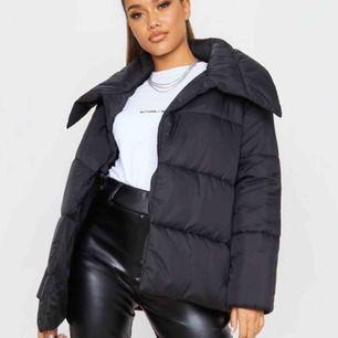 """Puffy jacket från Pretty Little Thing Köpt för 620kr- säljes för 460 HELT NY! Aldrig använd!  Storlek 10 (S/M) Svart, utan dragkedja, """"låset"""" ser ni på bilden"""