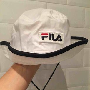 Oanvänd buckethat från FILA med snöre 🖤