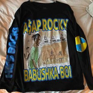 Långärmad tröja från ASAP ROCKYs limited edition merch från konserten i Stockholm. Strl. M Köpte två storlekar, köpt på konserten, har kvitto.  Budgivning avslutas 14 december kl 13.  Möts upp i Lund/närheten eller så står köpare för frakt
