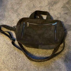 En stor nunoo väska i mocka. Använd 1-2 ggr. Säljes pga använder inte.  Fraktar bara, köparen står för frakten!💗