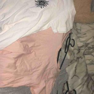Klädpaket flera t-shirts, skriv för fler bilder. Säljer alla för 40kr