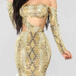 snygg tight klänning i skönt material!  Säljes pga för liten för mig (därav ingen bild med klänningen på mig) Inköpt för 370kr men säljes för 250kr, men vid snabb affär kan jag gå ner bra i pris!!  STORLEK S (slutsåld på hemsidan)