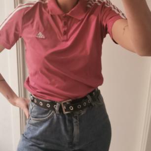 Vintage t shirt Adidas i rosa. Varan skickas inom 5 dagar efter mottagen betalning. Köparen står för frakten