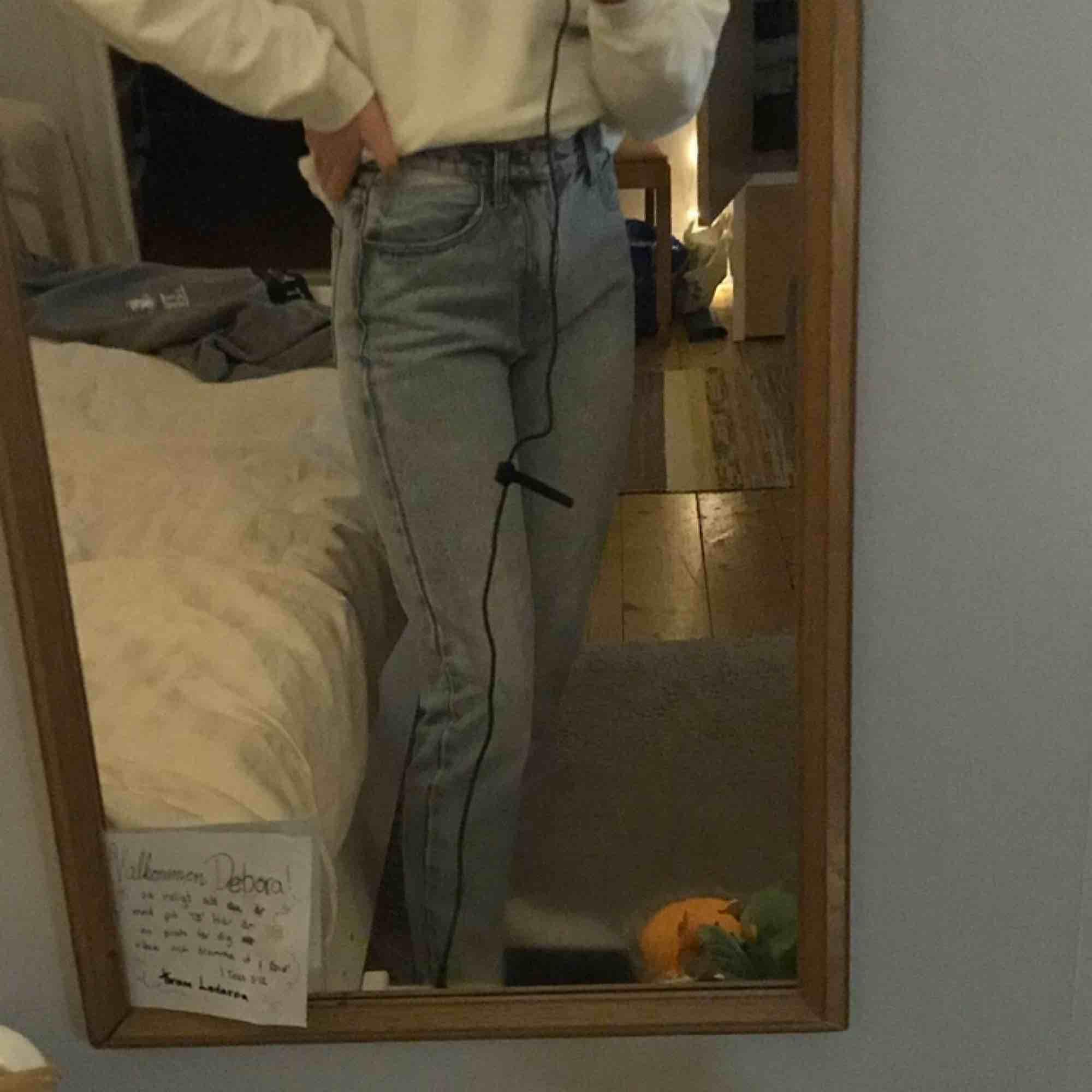 Snygga mom jeans från Brandy Melville, är vanligtvis XS-S och dessa är lite för små för mig tyvärr. Står strl M på lappen men brandys storlekar är ju ofta mycket mindre. Frakten står köpare för (79kr)  Om du vill dela på den funkar det med. Jeans & Byxor.