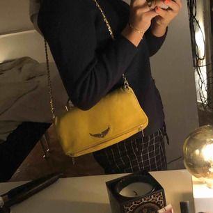 Säljer min Zadig & Voltaire väska i använt skick (se på bilderna). Går absolut något att göra mot små fläckarna!  Nypris: 3600kr!! Kan mötas upp i Stockholm. Kom med bud!!