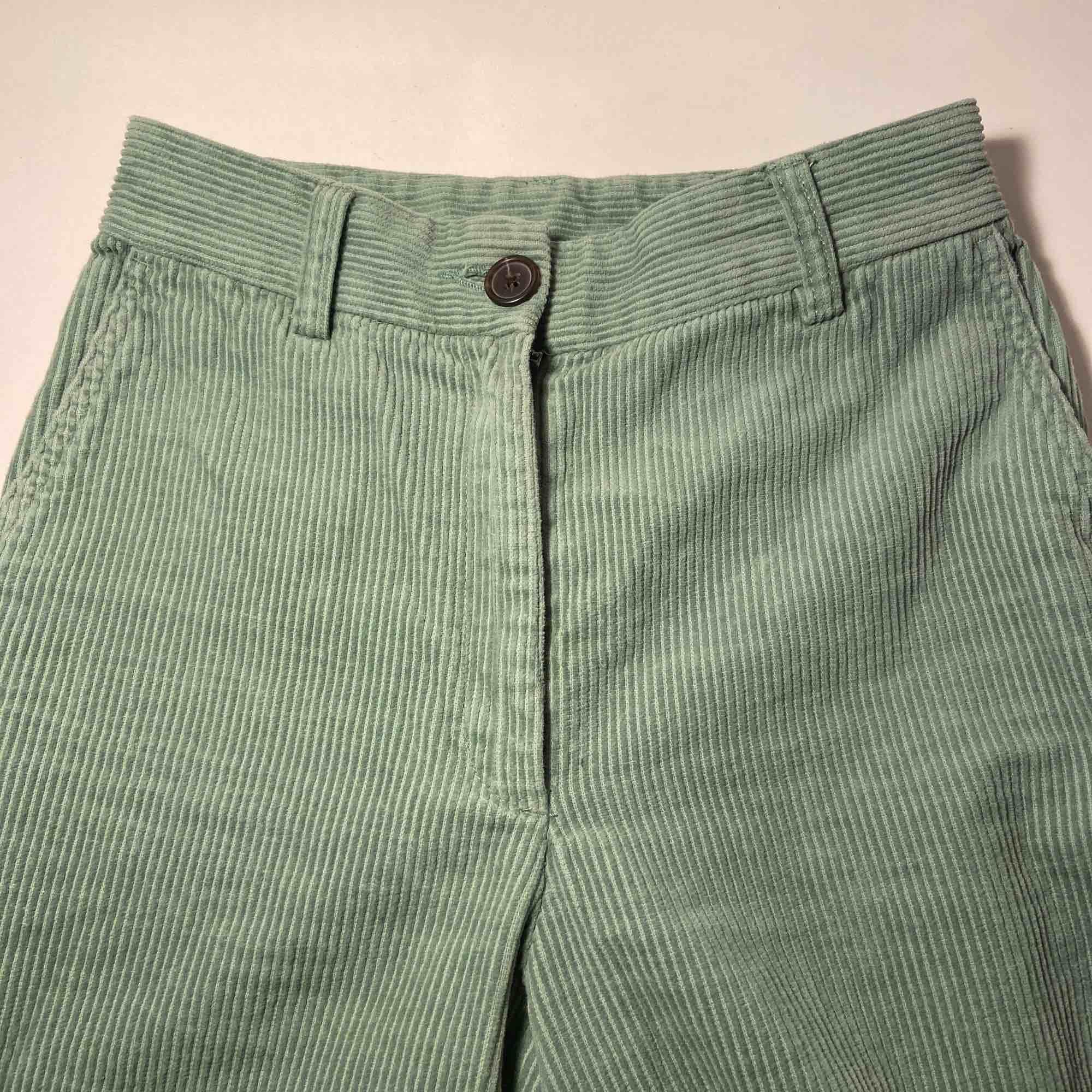 Ett par mintgröna Manchesterbyxor från monki, köpta i februari och använda 2 ggr sedan dess. Säljes pga för små för mig nu, fint skick och väldigt sköna!🥰 Köparen står för frakten!. Jeans & Byxor.