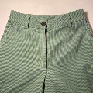 Ett par mintgröna Manchesterbyxor från monki, köpta i februari och använda 2 ggr sedan dess. Säljes pga för små för mig nu, fint skick och väldigt sköna!🥰 Köparen står för frakten!