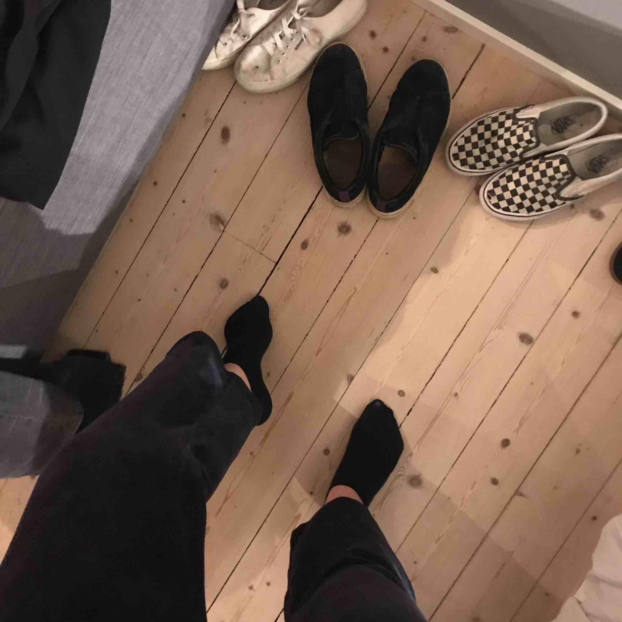 Juicy couture bootcutbyxor i mörkblå, säljer pga för korta för mig som är 1.76 med långa ben, väldigt mysiga o nästan helt nya, säljer även tröjan till. Jeans & Byxor.