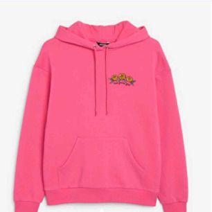 Säjer min snygga hoodie As bra skick Nästan aldrig använd Sjukt snygg nu för vintern Köpt för 450kr🥰