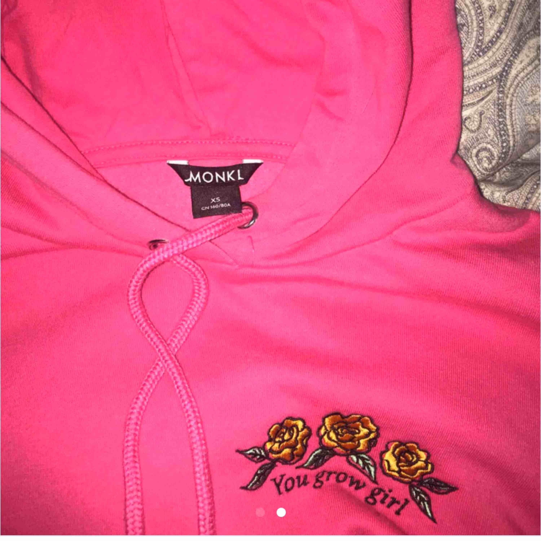 Säjer min snygga hoodie As bra skick Nästan aldrig använd Sjukt snygg nu för vintern Köpt för 450kr🥰. Huvtröjor & Träningströjor.