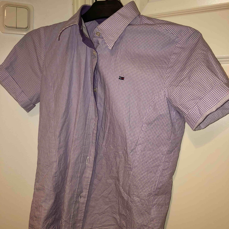 Tommy hillfiger skjorta som är väldigt fin, dock använder jag aldrig den så hoppas nån annan kan få mer användning. Säljer för 170 + frakt då den var ganska dyr. Skjortor.