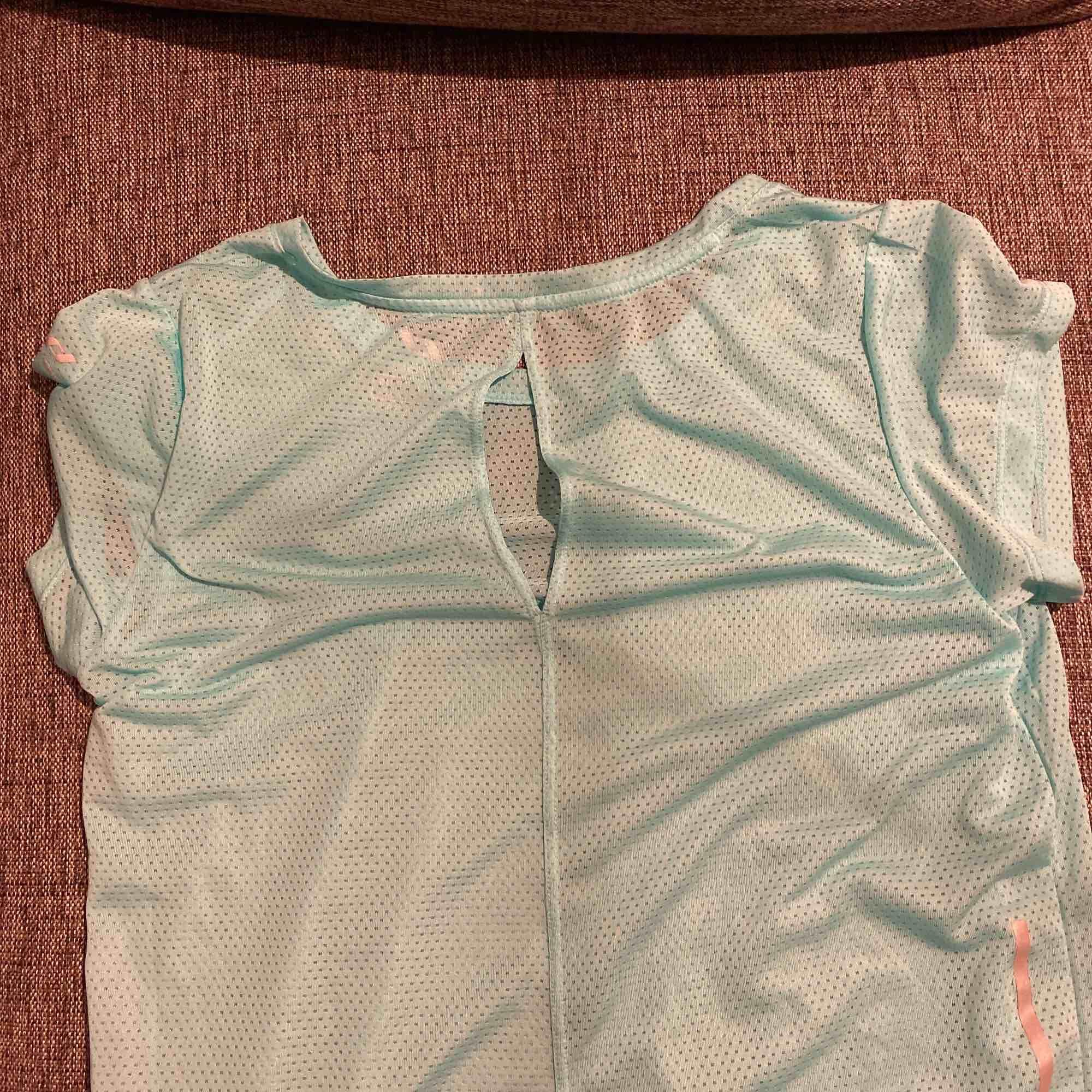 Träningströja, använd vid ett tillfälle. Står S men är mer som XS. Är en aning genomskinlig. T-shirts.