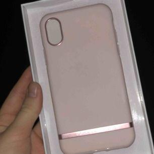 Skal till iPhone X/xs, nyskick,  nypris 400kr, de är ett skal som skyddar 360 grader men är fint ändå, frakten är med i priset