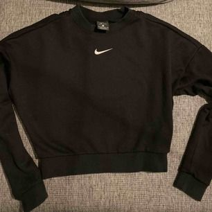 Sweatshirt från Nike med cool detalj i ryggen