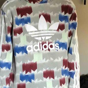 Adidas hoodie  Skick 9/10 Använd en sommar  Köpt för 600