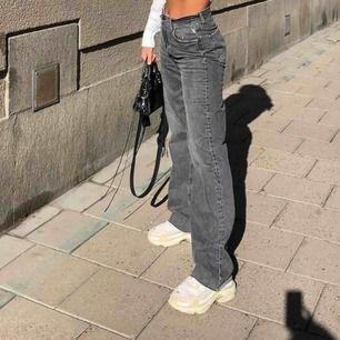Säljer dessa supersnygga jeansen från Zara, använda fåtal gånger är av klippta så skulle säga att de är längd 27-28 i benen<3