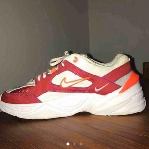 Säljer ett par Nike m2k tekno. Bara använda 2 gånger😊 men kommer tyvärr inte till användning. Köpta för runt 1000kr. Ena flörpen på ena skon är av (se bild 3), där av de billiga priset!😉😁 550+frakt