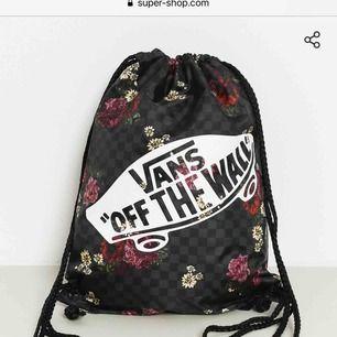 Helt oanvänd snygg gymbag från Vans, säljs då jag har två likadana. Perfekt att packa i till gymmet eller träningen.  Köpt för 130 kr  Köparen står för frakten