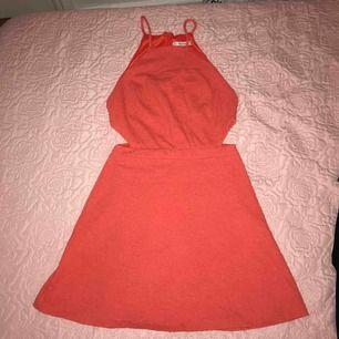 Säljer denna fina klänning, inköpt från Bershka i Spanien. 💗🌸
