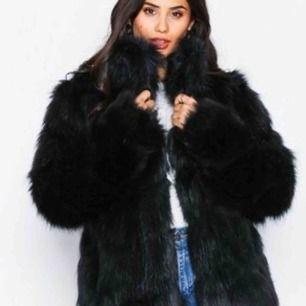 Supersnygg fake päls jacka från Nelly.com, inköpt förra hösten, endast använd en gång, väldigt fint skick. Frakt tillkommer.