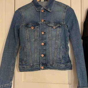 Jeansjacka i nyskick , från hm. Säljs pga att den inte kommer till användning tyvärr