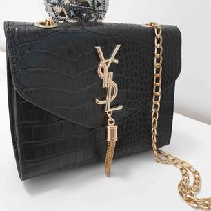 YSL väska, A kopia alltså inte äkta! Kan fraktas men köparen står för frakten