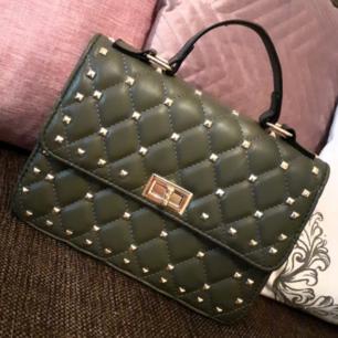 Snygg valentinoinspirerad väska från Montini<3 Perfekt, lagom rymlig och i fint skick! Frakt: 63:- Spårbart.