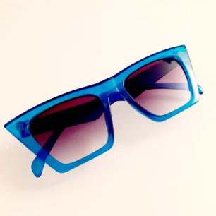 RetroBrillor med blåtransparenta bågar från secondhand<3 Superfint skick! Frakt: 9:-