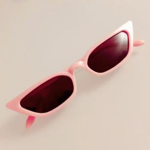 Bubbelgumrosa retrobrillor från secondhand<3Superfint skick! Frakt: 9:-