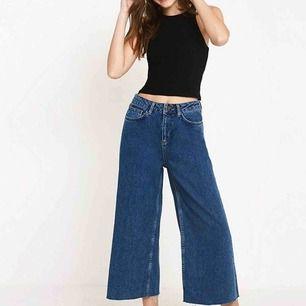 Jättefina vida jeans från Urban outfitters! Slitna i botten och bra skick. Säljer pga att dom är för små:)