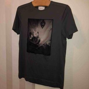Limitato t-shirt i storlek S. Nästintill ny och i ett mycket bra skick. Box tillkommer vid köpet.  Köparen står för frakten!  Nypris: 1399kr Mitt pris: 650kr
