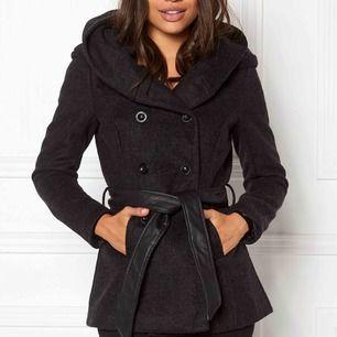 """Fin kappa i svart, namnet är """"Lisa short wool coat"""" och den kommer från Only men är köpt från Bubbleroom."""