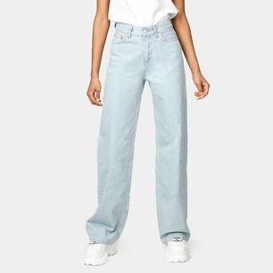 Junkyards populära, slutsålda wide leg jeans i storlek 26💕💘 Inte använda mer än 5 gånger💚 egen bild sist, med tanke på verklig färg💖💕Frakt på 79kr tillkommer! (Jag är 170cm och modellen 168cm, stretchiga och passar många!)