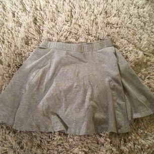 Fin grå kjol som är för liten för mig.. mjukt och skönt tyg! 💞