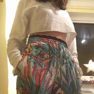 Jättesköna snygga byxor som säljs för att de är lite korta och för att jag rensar! De är köpta för 199kr på newyorker. Det är ett väldigt skönt (ganska tunt tyg) som är härliga på sommaren. Köparen betalar frakten!❣️