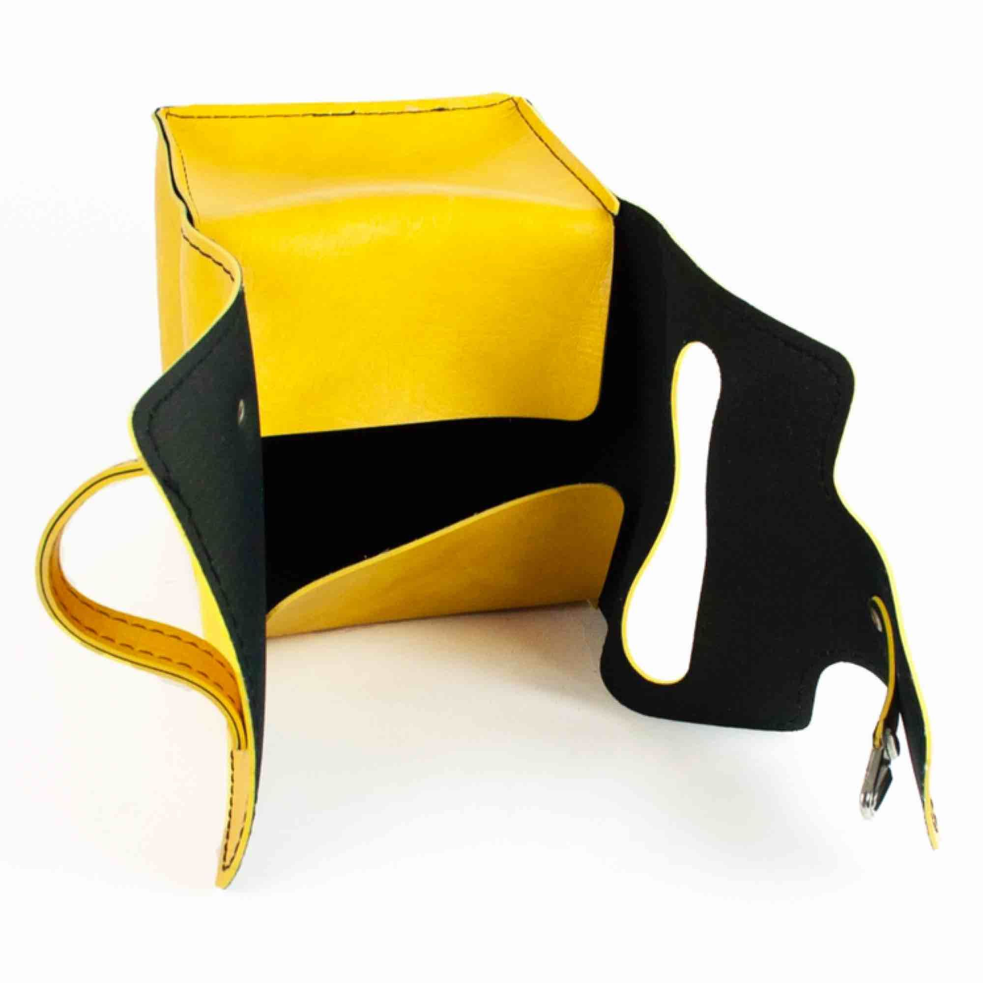 Super cute cube shaped make up bag/ travel kit in yellow Very light signs of wear Every side is ca 15 Free shipping! Read the full description at our website majorunit.com No returns. Väskor.