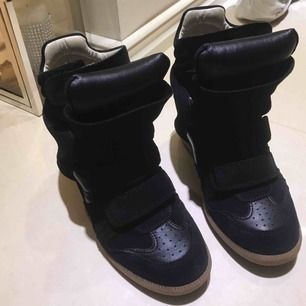 Passar ENDAST 37. Köparen står för frakt MEN jag ansvar ej för postens slarv. Kan även mötas upp i Göteborg nordstan.  Köptes i Augusti, PERFEKT skick då de aldrig användes för mycket därav högt pris. Skicka ett ❣️ till 0706555525 för en video på skorna.