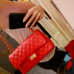 Röd rymlig väska i klassisk quiltad chanelmodell! Köpt utomlands men inte kommit till användning så säljes därför. Väldigt fint skick! <3 Frakt ingår och skickat spårbart!