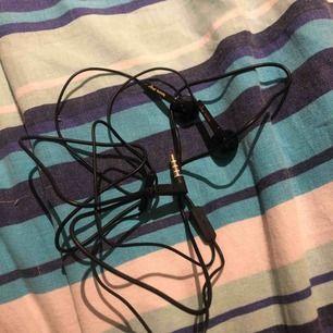 Helt nya hörlurar från Netonnet, köpte fel! Därför säljer jag dom, inte ens testade, elr använda. Det finns en pausknapp på hörlurarna. Happy plugs. Fri frakt.
