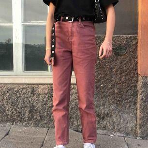 Fina rosa mom-jeans köpta på urban outfitters i jättebra skick. Säljer för att de inte riktigt sitter bra på mig