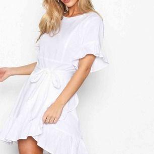 The frill dress från Nelly. Använd vid två tillfällen endast så den är i fint skick! Stl 36. Skickas mot fraktkostnad.