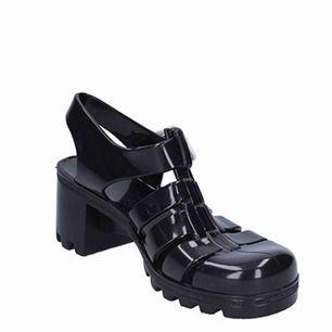 Säljer mina fina juju skor som jag köpte för 30£ Jättebekväma skor 🖤🖤   FRI FRAKT!