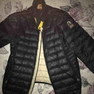 hej  säljer min jacka som är märke av Parajumper, det är storlek L men passar även M för har själv storlek m på mina kläder, bara det finns ett hål på insodan av jackan som går o sy vill sälja den ganska billigt, hör av er vid snabb affär
