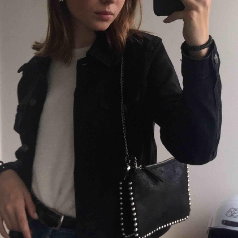 Säljer min älskade Zara väska då jag köpt en ny! Den är endast använd några gånger och i nyskick, köpte den för 300kr💓 Säljer för 170, om det inte är många intresserade och någon budar högre! Kontakta vid intresse eller frågor✌🏼. Väskor.