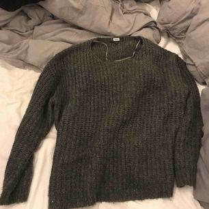 Säljer en grå stickad tröja för en billig peng  Köparen står för frakt