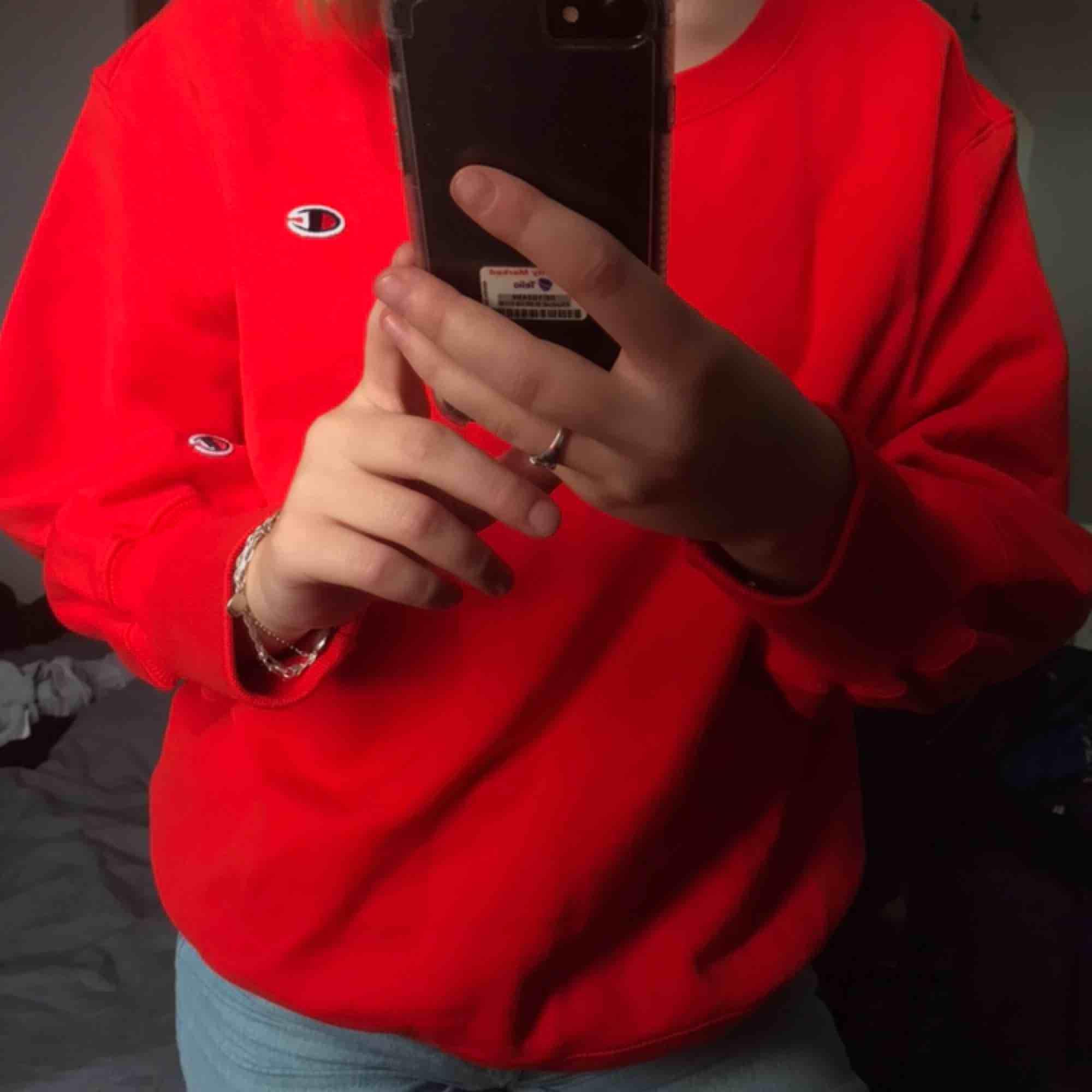 Supersnygg röd vintage champion sweatshirt, kommer tyvärr inte till användning! Buda i kommentarsfältet 🧚🏻♀️💕🌾✨ (frakt på 63kr tillkommer). Tröjor & Koftor.