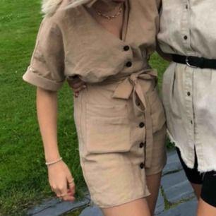 Jättefin beige klänning från Zara, köpt i somras men är ganska lång så personligen tycker jag att det är för kort, därför jag jag själv aldrig använt den!💕💕 frakt tillkommer, priset kan diskuteras!