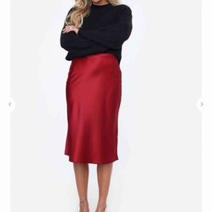Super fin röd satin kjol från chiquelle! Aldrig använd, lappen är kvar. Ny pris 399kr. Köparen står för frakten💖
