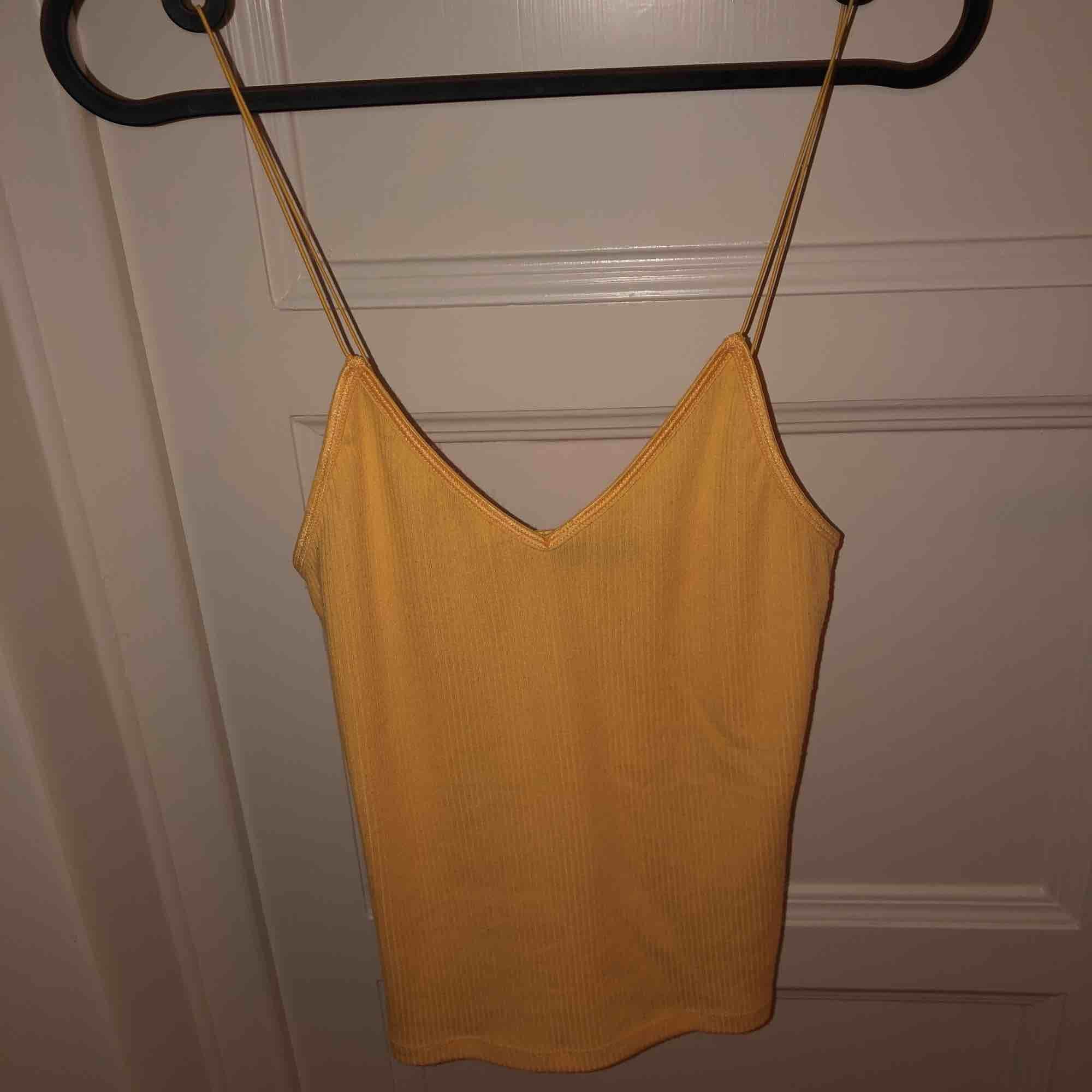 Gult linne från bikbok, med spagettistraps!💕💕 frakt tillkommer, priset kan diskuteras. Toppar.